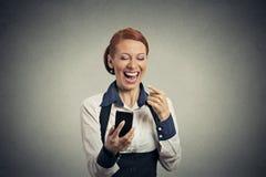 有巧妙的电话的笑的妇女 库存照片