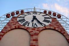 有巨型时钟的车轮 免版税库存图片