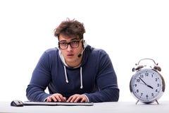 有巨型时钟的滑稽的书呆子电话中心操作员 库存图片