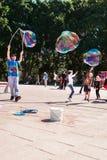 有巨型泡影的街道艺人在悉尼,澳大利亚, 2012年4月 库存图片