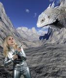 有巨型爬行动物的妇女 库存照片