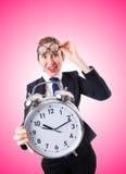 有巨型闹钟的书呆子女实业家 库存图片