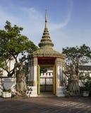 有巨型雕塑的, Wat Pho佛教寺庙门在泰国 免版税图库摄影