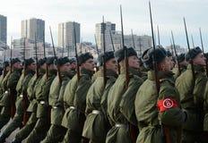 有巨大爱国战争的步枪的战士为11月7日的游行做准备在红场 免版税库存图片