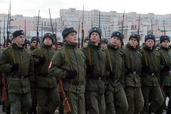 有巨大爱国战争的步枪的战士为11月7日的游行做准备在红场 免版税库存照片