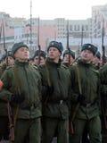 有巨大爱国战争的步枪的战士为11月7日的游行做准备在红场 库存图片