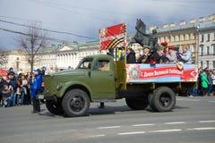 有巨大爱国战争的退伍军人的GAZ-51汽车在减速火箭的运输游行参与 胜利天在圣彼德堡 免版税库存图片