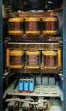 有巨大的变压器的老功率电子学内阁 库存图片