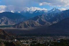 有巨大的山的Leh市在背景 免版税库存图片