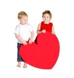 有巨大的心脏的孩子由红色纸制成 免版税图库摄影