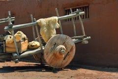 有巨大的木轮子的推车 免版税图库摄影
