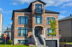 有巨大的窗口的昂贵的现代房子在蒙特利尔 库存照片
