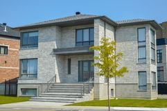 有巨大的窗口的昂贵的现代房子 免版税库存图片