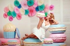 有巨大的蛋白软糖和蛋糕甜点概念的可爱的妇女 免版税库存照片