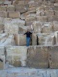 有巨大金字塔块的女孩 免版税图库摄影