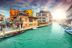 有市场的,商店,长平底船壮观的运河在威尼斯,意大利,欧洲 免版税库存图片