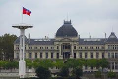 有市旗子的旗杆里昂大学前面的利昂  库存照片