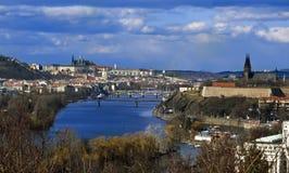 有布拉格城堡、伏尔塔瓦河河和Vysehrad的布拉格全景 库存图片