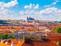 有布拉格城堡的- Hradcany和红色屋顶布拉格全景 与蓝天和白色云彩的晴朗的夏日,捷克语 免版税库存图片