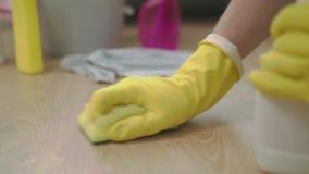 有布料清洁地板的手在家在浪花使用旧布和流体 影视素材