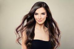 有布朗吹的头发的年轻西班牙时装模特儿妇女 免版税库存照片
