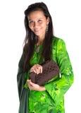 有布朗钱包的v马来的妇女 库存图片