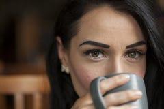 有布朗头发和眼睛的美丽的少妇 免版税库存照片
