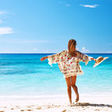 有布裙的妇女在塞舌尔群岛的海滩 库存图片