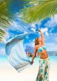 有布裙的妇女在海滩 免版税库存照片