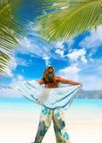 有布裙的妇女在海滩 免版税库存图片