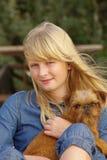 有布鲁塞尔Griffon小狗的快乐的女孩 免版税库存图片