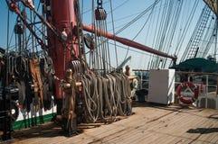 有帆柱和索具的Sailsboat甲板 库存照片