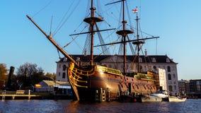 有帆柱的木船小船在阿姆斯特丹,2017年10月12日 免版税库存照片