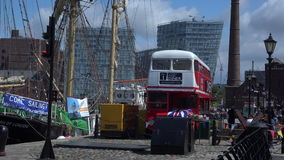 有帆船和公共汽车的利物浦老船坞在前景4K 股票录像