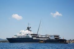 有帆船和helicopte的硕大大和大豪华游艇 库存照片