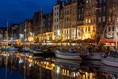 有帆船的在晚上,法国历史的港口翁夫勒 免版税库存图片