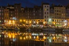 有帆船的在晚上,法国历史的港口翁夫勒 图库摄影
