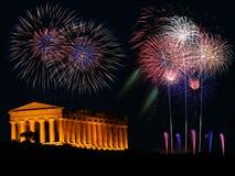 有希腊寺庙的烟花 免版税库存图片