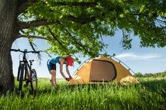 有帐篷的游人 免版税库存图片