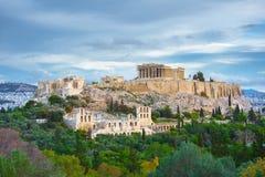有帕台农神庙和Herodion剧院的上城 从Philopappou,雅典小山的看法  库存照片