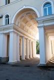 有带领入庭院的专栏的被成拱形的门户 库存图片