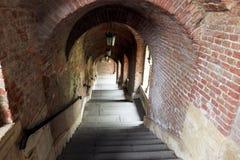 有带领的楼梯的砖隧道下来 图库摄影