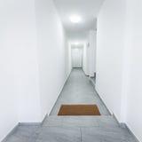 有席子的公寓走廊 免版税库存图片