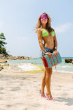 有席子的美丽的妇女在热带 免版税库存照片