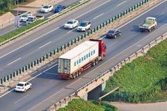 有常青容器的在高速公路,北京,中国卡车 库存照片