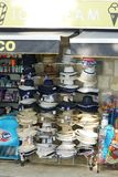 有帽子和其他纪念品的报亭游人的在度假胜地 图库摄影