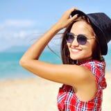 有帽子和太阳镜的微笑的妇女夏令时 库存图片