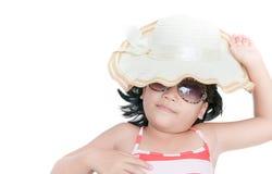有帽子和太阳镜说谎的女孩佩带的泳装 库存图片
