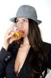 有帽子和饮料的女孩 免版税图库摄影