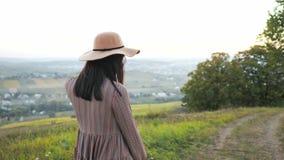 有帽子微笑的摆在的可爱的少女在照相机 影视素材